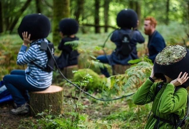 Personen mit VR-Brille im Wald