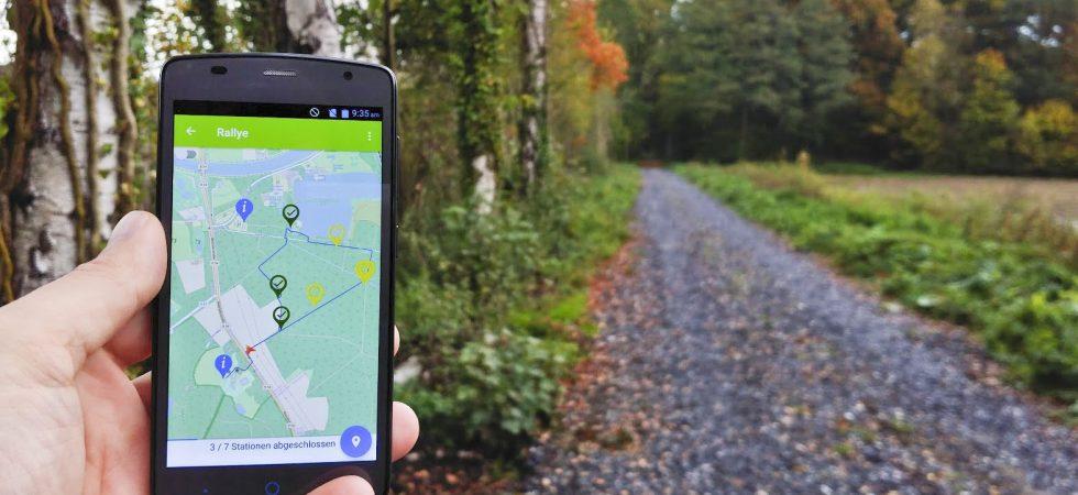 Smartphone mit Lernspiel-App WaldKlima Lehrpfad